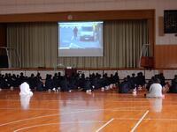 動画を視聴する生徒